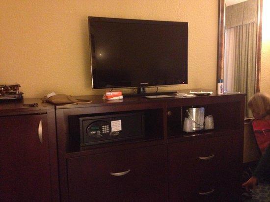 Wyndham Lake Buena Vista Disney Springs Resort Area: Televisor (caja fuerte debajo)
