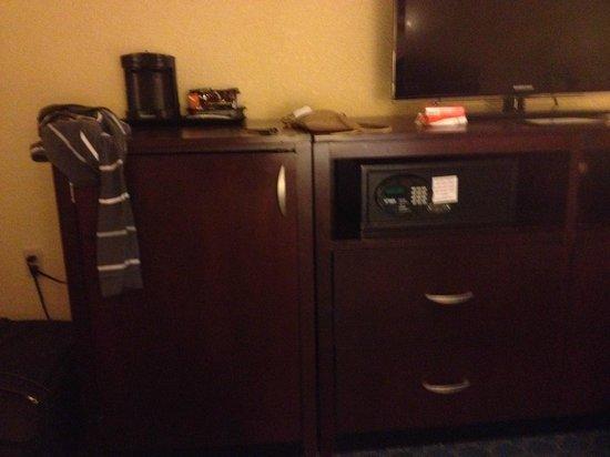 Wyndham Lake Buena Vista Disney Springs Resort Area: Modular del televisor (puerta de la izquierda tiene una heladera y la caja fuerte está a la dere