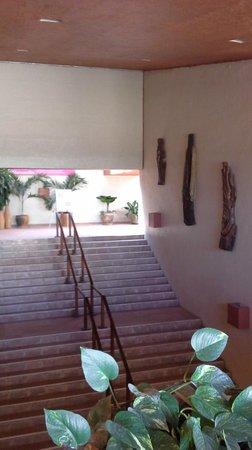 Las Brisas Huatulco: stairs going up to lobby