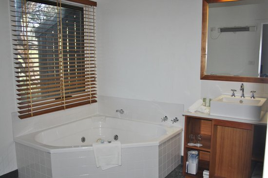 Peppers Cradle Mountain Lodge: bathroom with spa