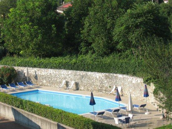 Hotel Donna Silvia: La pisicna ' immersa nel verde ' gratuita non sorvegliata