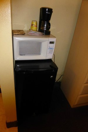 Econo Lodge  Inn & Suites Maingate Central: In room microwave, refrigerator, coffee machine