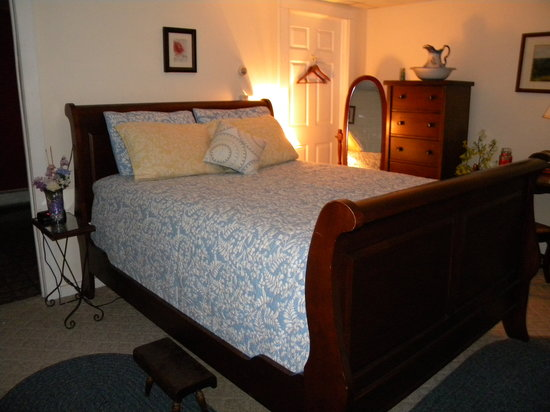 Rose and Goat Retreat: Apartment Ultra Romantic Queen Sleigh Bed with Euro Pillowtop Mattress