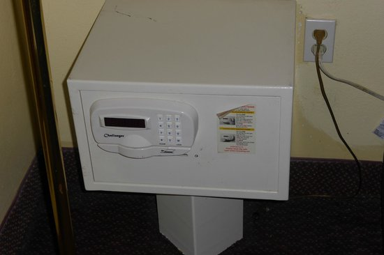 Econo Lodge  Inn & Suites Maingate Central: This is the in room safe. I just kept my stuff with me.