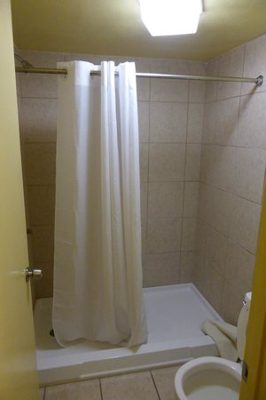 Econo Lodge  Inn & Suites Maingate Central: first time in my life I have seen a US hotel with no bathtub (But they charge a
