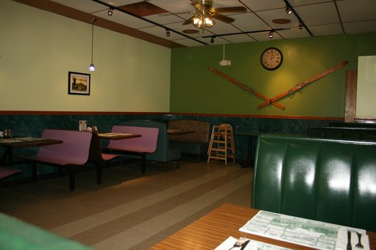 Basils Pizzeria and Restaurant: sala
