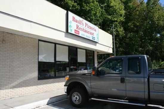 Basils Pizzeria and Restaurant: insegna