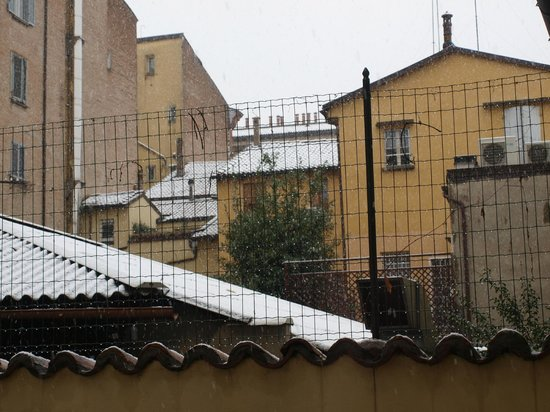 Metropolitan Hotel : The view from room 108 (snow in Bologna)