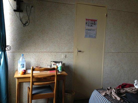 Hotel de la Poste: A little desk in the room