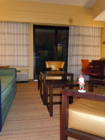 Courtyard by Marriott St. Augustine I-95: Functional furniture, large rooms.