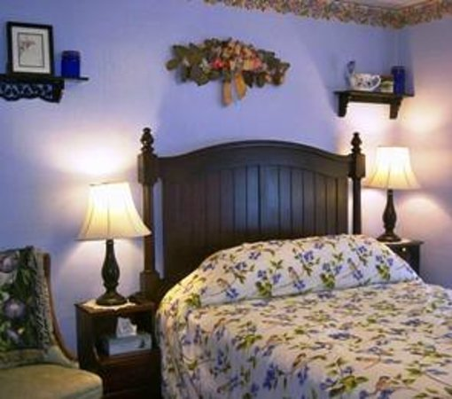 The Inn on Maple Street Bed & Breakfast: Beechnut guest room (pet free) with queen bed & bath