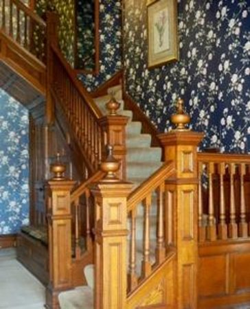 The Inn on Maple Street Bed & Breakfast: Entrance foyer solid oak staircase