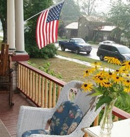 The Inn on Maple Street Bed & Breakfast: Come sit on our front porch and watch the world go by!