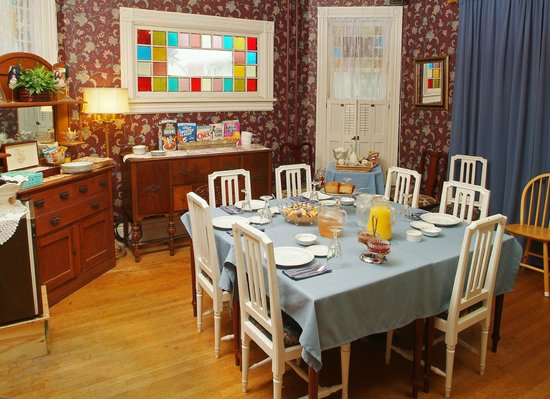 The Inn on Maple Street Bed & Breakfast: Our dining room can seat 4 to 20 every morning for our home baked breakfast.