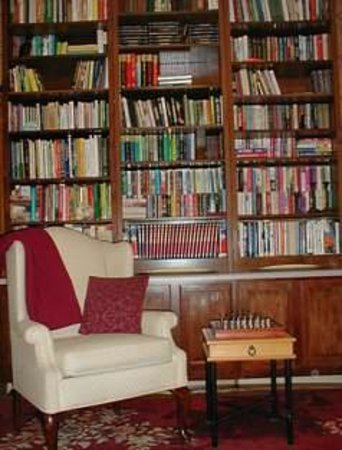 The Inn on Maple Street Bed & Breakfast : Help yourself to the books in our Library. Take a few home!