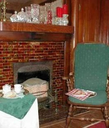 The Inn on Maple Street Bed & Breakfast: Library fireplace, warm and cozy during the cold months.