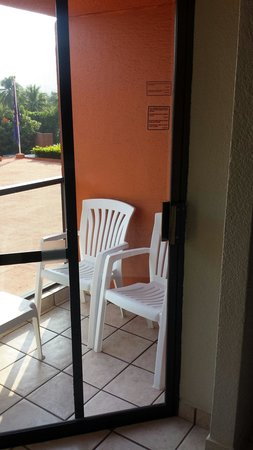 Barcelo Ixtapa: El balcón de la habitación muy viejo y pésima vista.