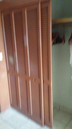 Barcelo Ixtapa : Las puertas del closet. Muy viejas