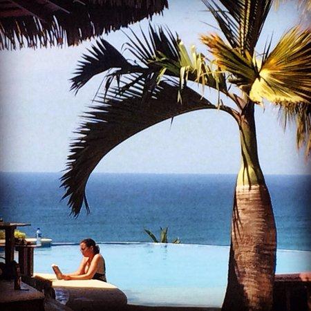 Hotel Vista de Olas: Relaxing with a book.