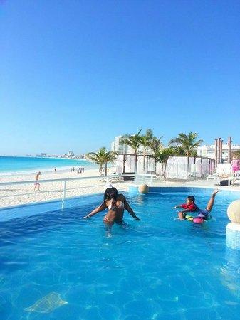 Krystal Cancun : Piscina con mis amiguitos peruanos