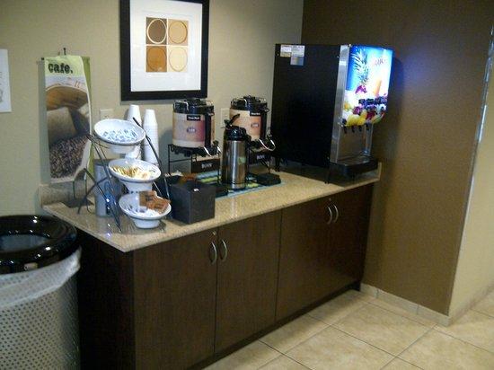 Microtel Inn & Suites by Wyndham Harrisonburg: Breakfast beverage station