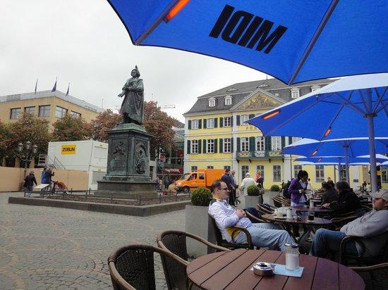 Beethoven-Denkmal: Estatua de Beethoven desde el café de al lado.
