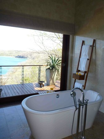 Four Seasons Resort Costa Rica at Peninsula Papagayo: Master bathroom at Casa la Luna
