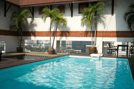 Pinnacle Lumpinee Park Hotel: The swimming pool
