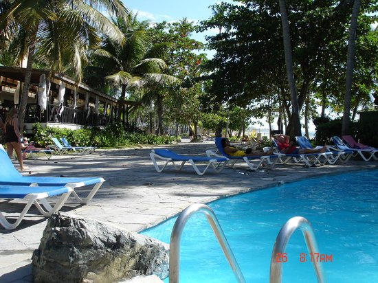 Coral Costa Caribe Resort & Spa: Pool Patio near the swim up bar.