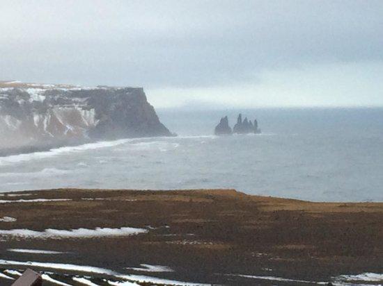 Hotel Edda - Vik i Myrdal: View of sea stacks from Dyrholaey