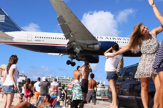 Playa Maho: Big planes coming in low