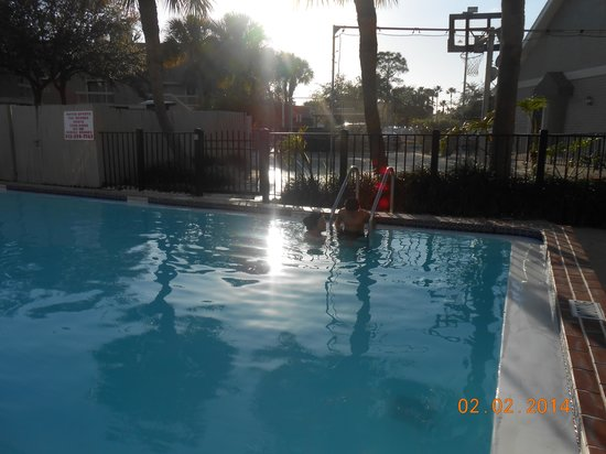 Chase Suite Hotel- Tampa: Nice Pool, tennis court & basketball