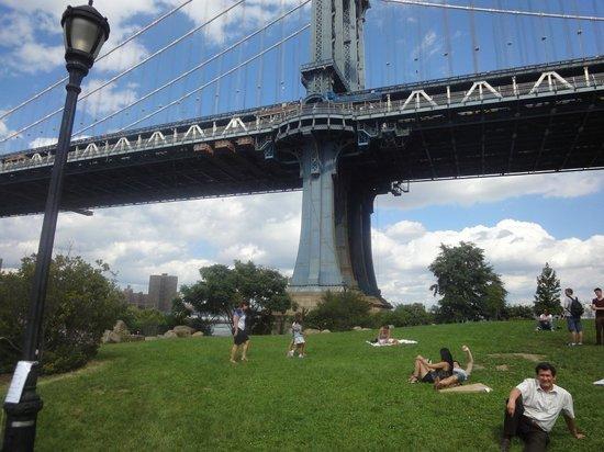 Manhattan Bridge: Debajo del puente, disfrutando del parque