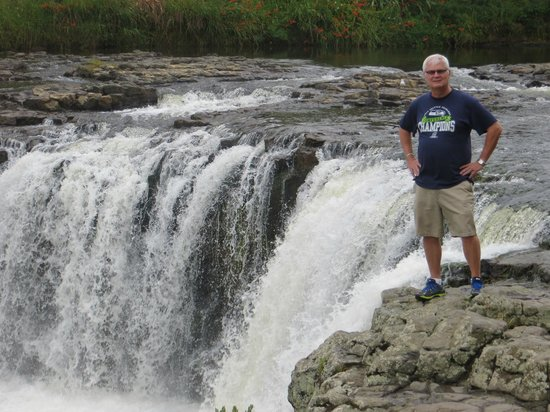 Haruru Falls: American tourist trying not to fall in