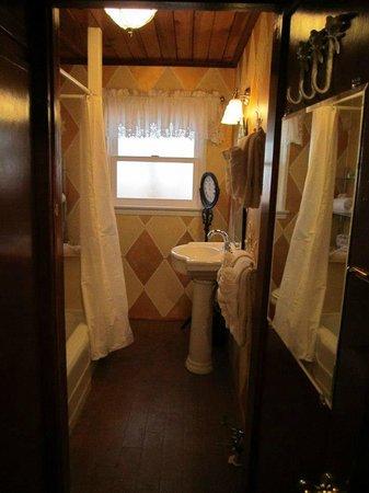 Hillcrest Lodge: Cottage Bathroom