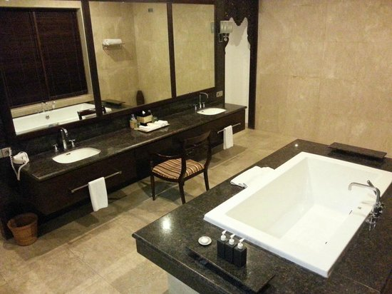 Chateau de Bali Ungasan: Main Bathroom