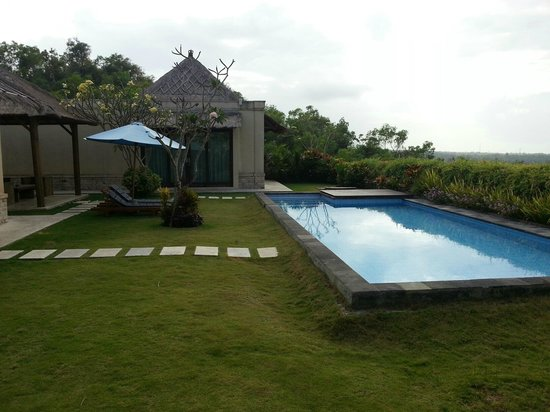 Chateau de Bali Ungasan: Outside Main Villa - Private Pool And Lounge Area