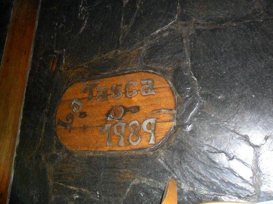 La Tasca : Placa con el nombre en el piso