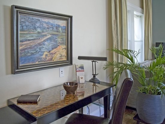 Elan Guest Suites and Art Gallery : Luna Vista Suite Writing Area
