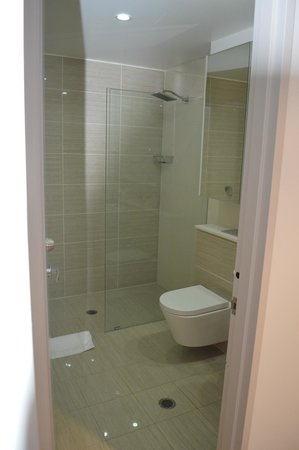 Meriton Serviced Apartments Zetland: Bathroom 1