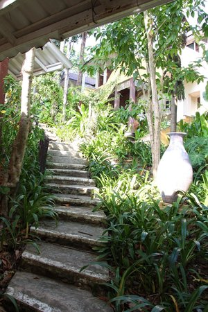 Koh Chang Cliff Beach Resort : pathway from the beach to the room