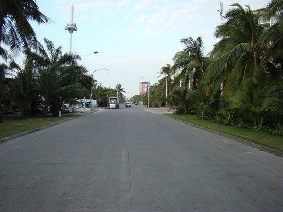 Palm Beach Resort & Spa Sanya: Эта та самая дорога, которая отделяет пляж от 1-й линии