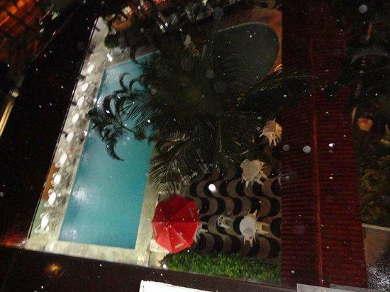 Acropolis Marina Hotel: Vista da piscina através do prédio dos fundos.