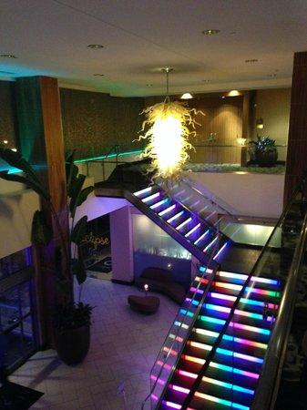 Moonrise Hotel: Lighted stairway in lobby
