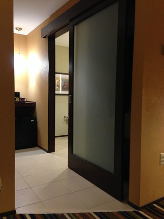 Moonrise Hotel : Facing into bathroom and little fridge/beverage area