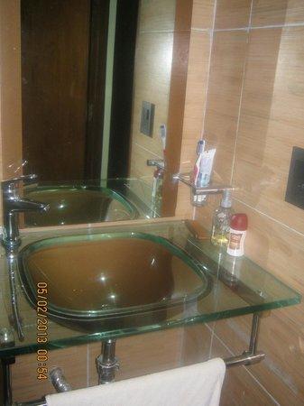 Latino Hotel: Baño