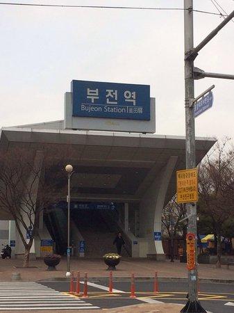 ibis Ambassador Busan City Centre : 酒店門口往左行,經過街市,行到街尾(大約5-10mins)就係火車站。可以去到機張,慶州,首爾等地方...
