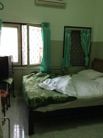 Roong Ruang Hotel: a room (old building)