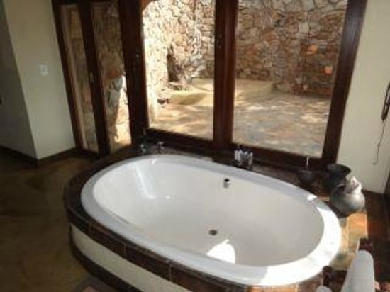 Tuningi Safari Lodge: The view from the bath is wonderful