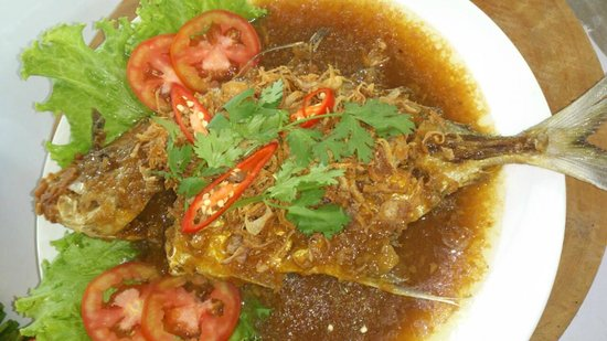 Eat & Arts Restaurant: Fried Fish with Tamarind Sauce